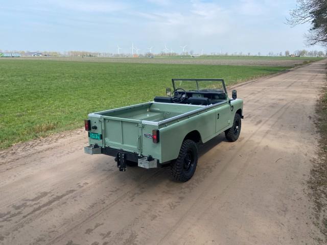 LAND ROVER 109 Series 3 109 Gerestaureerd/ Oldtimer/ Nederlands kenteken Autobedrijf Dunnewind, 7731 HL Ommen